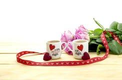 St Dia do ` s do Valentim Ramalhete das rosas e das duas xícaras de café Imagem de Stock Royalty Free