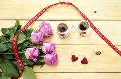 St Dia do ` s do Valentim Ramalhete das rosas e das duas xícaras de café Foto de Stock Royalty Free