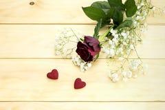 St Dia do ` s do Valentim Rosa do vermelho e dois corações Fotos de Stock Royalty Free
