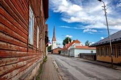 St Drievuldigheidskerk en oude stad van Rakvere, Estland Groene summe stock fotografie