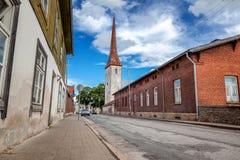 St Drievuldigheidskerk en oude stad van Rakvere, Estland Groene summe stock foto's