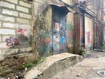 St?dtische Szene des Schmutzes mit T?r und Graffiti lizenzfreies stockfoto