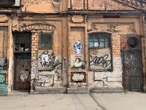 St?dtische Szene des Schmutzes mit T?r und Graffiti stockbild
