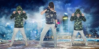St?dtischer Lebensstil Hip-Hop-Generation Tanzhip-hop der Mutter und zwei Sohns lizenzfreies stockbild