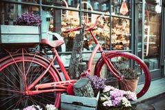 St?dtisches Fahrrad geparkt zu einem Blumenladen lizenzfreie stockfotos
