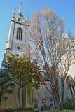 St Dunstan in de de Kerktuin van het Oosten met 20 Fenchurch Straatwalkie-talkie op de achtergrond in het financiële district van Stock Foto
