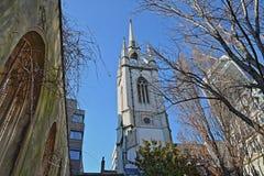 St Dunstan i den östliga kyrkaträdgården med den gataWalkie för 20 Fenchurch talkien i bakgrunden i det finansiella området av ce Arkivfoto
