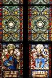 St Edward y el escudo de armas del prebendado Eduardo de Talliana Vizek, vitral en la catedral de Zagreb imagenes de archivo
