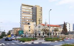 St Elias Cathedral adyacente a los nuevos edificios en el ` s de Haifa céntrico Imagen de archivo
