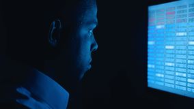 St?ende av afrikansk amerikanmanprogrammerare som kodifierar n?tverkss?kerhetsprogramvara En hacker som in skriver kod p? datorsk stock video