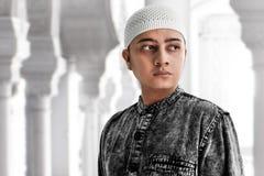 St?ende av den asiatiska muslim mannen arkivfoton
