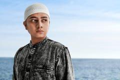 St?ende av den asiatiska muslim mannen royaltyfria bilder
