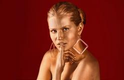 St?ende av den h?rliga damen med guld- m?larf?rg p? hud royaltyfria bilder