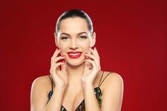 St?ende av den h?rliga unga kvinnan med ljus manikyr Spika polska trender royaltyfri bild
