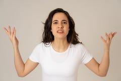 St?ende av den h?rliga unga latinska kvinnan med den ilskna och rasande framsidan M?nskliga uttryck och sinnesr?relser royaltyfri fotografi