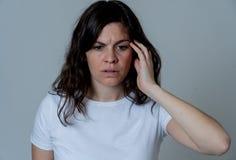 St?ende av den ledsna och deprimerade kvinnan isolerat p? neutral bakgrund M?nskliga uttryck och sinnesr?relser arkivbilder