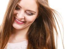 St?ende av den lyckliga attraktiva kvinnan som b?r det ljusa f?rkl?det arkivfoton