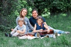St?ende av den lyckliga familjen p? picknicken s?ndag arkivbild