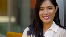 St?ende av den lyckliga le asiatiska kvinnan arkivfilmer
