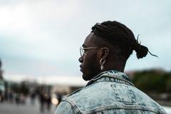 St?ende av den stiliga afrikansk amerikangemene mannen som ser till sidan Livsstil av folk i gatan arkivbild