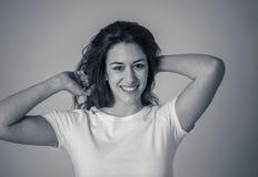 St?ende av den unga attraktiva gladlynta kvinnan med att le den lyckliga framsidan M?nskliga uttryck och sinnesr?relser royaltyfria bilder