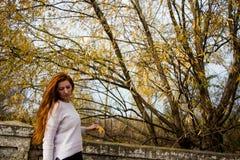 St?ende av den unga kvinnan royaltyfri fotografi