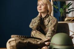 St?ende av den unga kvinnliga soldaten arkivbild