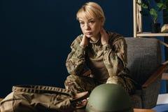 St?ende av den unga kvinnliga soldaten royaltyfri bild