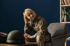 St?ende av den unga kvinnliga soldaten arkivbilder