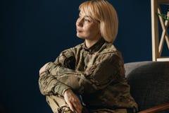 St?ende av den unga kvinnliga soldaten arkivfoton
