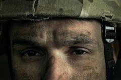 St?ende av den unga manliga soldaten royaltyfri bild