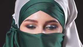 St?ende av en attraktiv ung modern muslimsk kvinna i hijab arkivfilmer