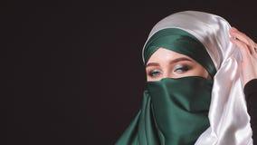 St?ende av en attraktiv ung modern muslimsk kvinna i hijab lager videofilmer