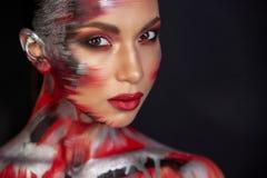 St?ende av en flicka av det europeiska asiatiska utseendet med makeup fotografering för bildbyråer
