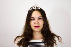 St?ende av en flicka i en krona och med en vit fan fotografering för bildbyråer