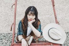 St?ende av en h?rlig bev?pnad kinesisk kvinnlig cowgirl arkivbild