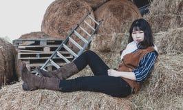 St?ende av en h?rlig bev?pnad kinesisk kvinnlig cowgirl royaltyfri bild