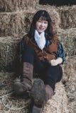 St?ende av en h?rlig bev?pnad kinesisk kvinnlig cowgirl fotografering för bildbyråer