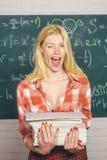St?ende av en lycklig kvinnlig student som anv?nder b?rbar datordatoren i universitet Studenthj?lpl?xa b?rbar datorkvinnaworking arkivbilder