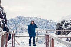 St?ende av en man i vinterkl?der fotografering för bildbyråer
