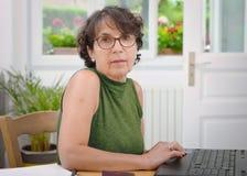 St?ende av en mogen kvinna med exponeringsglas arkivfoto