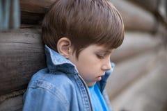 St?ende av en pojke i profil royaltyfri bild