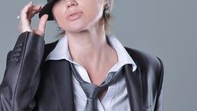 St?ende av en skandal?s kvinna i en svart hatt arkivfoton