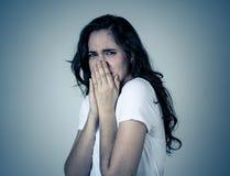 St?ende av en ung attraktiv kvinna som ser skr?md och chockad M?nskliga uttryck och sinnesr?relser royaltyfria bilder