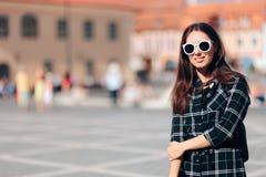 St?ende av en ung kvinna som bes?ker den historiska staden arkivfoton