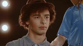 St?ende av en ung man arkivfilmer