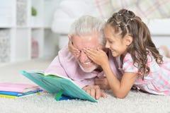 St?ende av farfarl?seboken med hans lilla sondotter royaltyfri foto