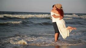 St?ende av lyckliga par p? stranden Den b?sta br?llopsresan n?gonsin De spenderar denna tid tillsammans arkivfilmer