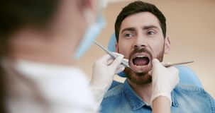 St?ende av patienten i tand- stol royaltyfria bilder
