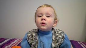 St?ende av pysen med sinnesr?relser och k?nslor pojkekamera little som ser Closeup kopieringsutrymme stock video